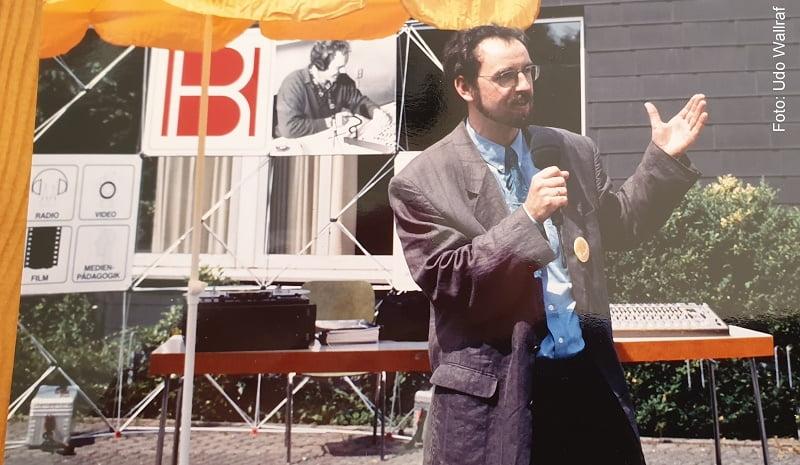Udo Wallraf hat vor 30 Jahren die Radiowerkstatt gegründet. Hier ist er bei einer öffentlichen Präsentation der Radiowerkstatt im Katholischen Bildungswerk Bonn